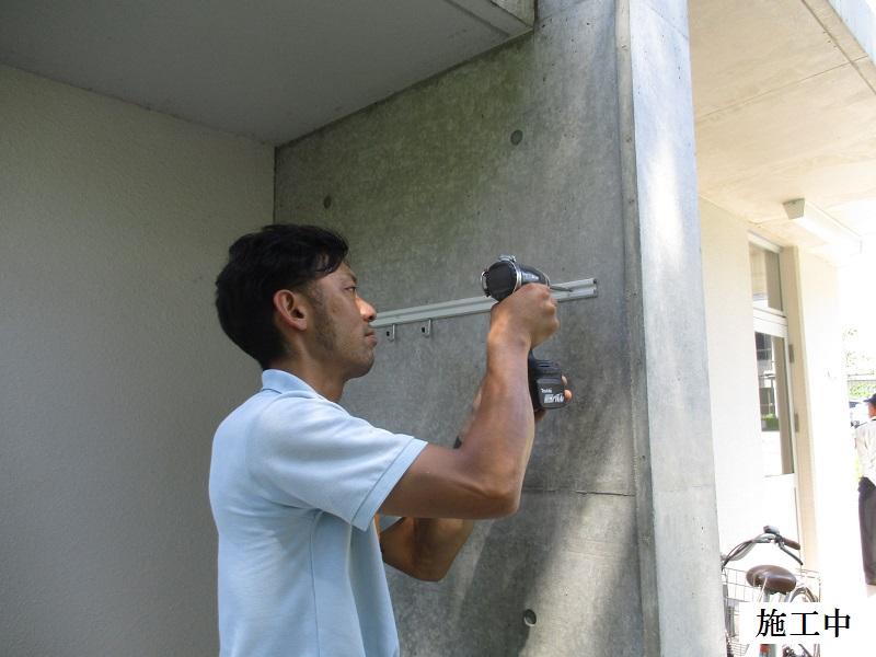 池田市 施設 守衛室箒掛けフック設置工事イメージ03