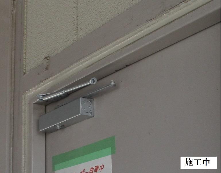 伊丹市 マンション 駐車場扉ドアクローザー取替工事イメージ05