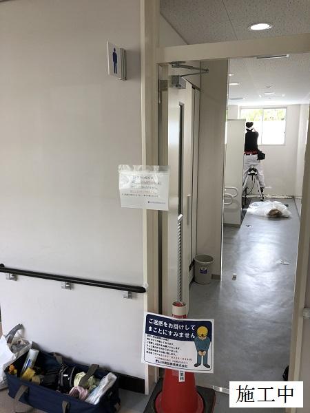 宝塚市 中学校 トイレフィルム貼付・間仕切り取付工事イメージ04